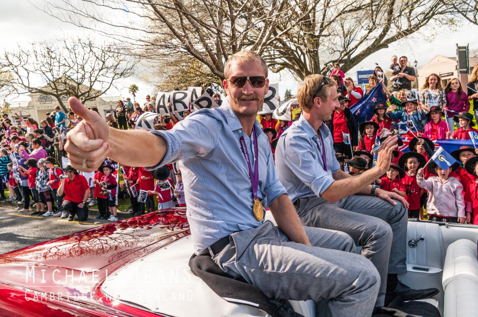 rowing pair Eric Murray and Hamish Bond greet their home town